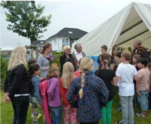 Bereits am Tag des Empfangs diente das neue Zelt als Ausstellungsraum für die Kunstwerke des Malkurses.